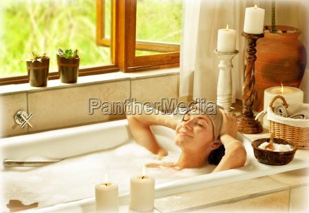 mujer que toma el banyo