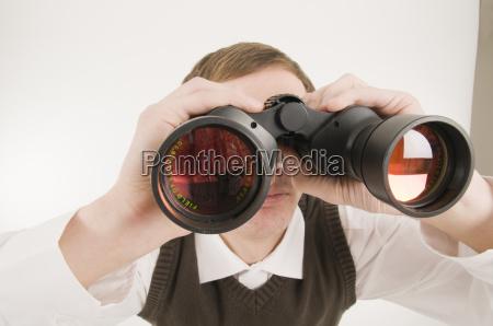 hombre con los prismaticos