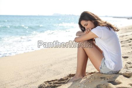 retrato de una ninya preocupada sentada