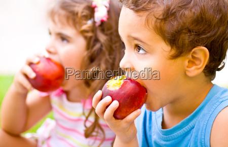 disenyo frutas hermana hermano comer comiendo
