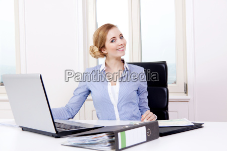 mujer rubia joven trabaja en un