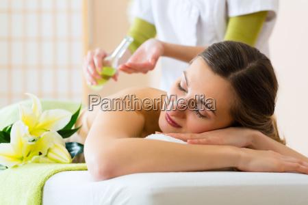 la mujer consigue un masaje en