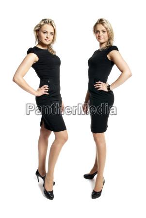 dos mujeres jovenes atractivas en un