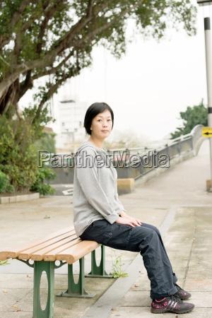 la mujer se sientan en el