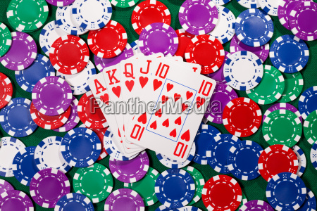 fichas de poker y cartas