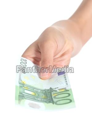 mujer pagando un billete de cien