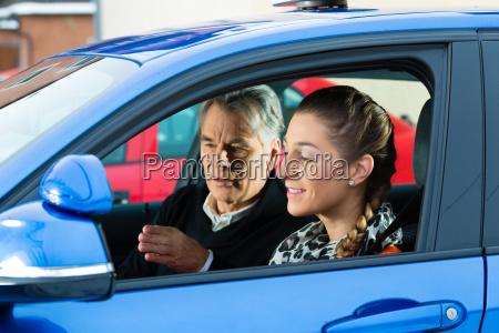 mujer joven en un coche de