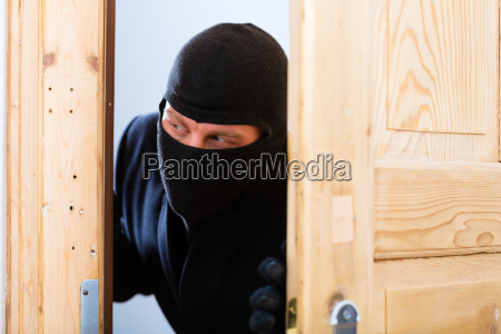 ladron delincuente abre una puerta