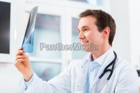 medico radiografia la practica medica hombre