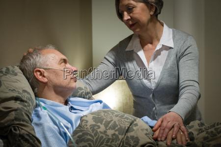 preocupada mujer mayor que cuida con