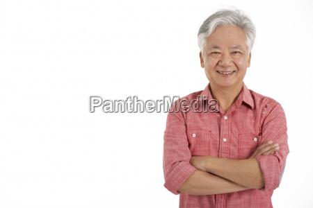 studio shot af kinesiske senior mand