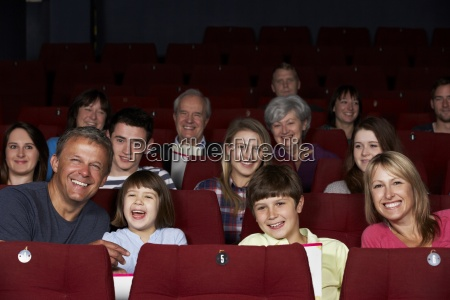 familia viendo cine en el cine
