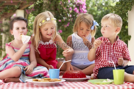 grupo de ninyos que comen jalea