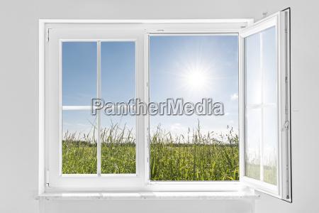 blanco la mitad ventana abierta con