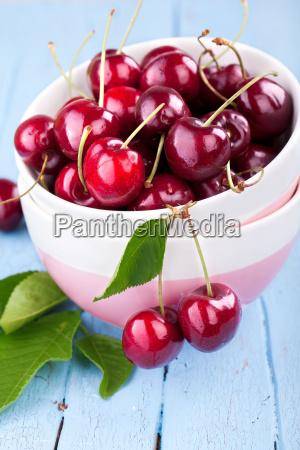 cerezas frescas en un plato