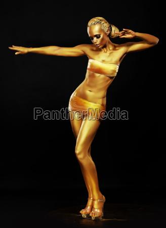resplandor fantasia mujer dorada actuando en
