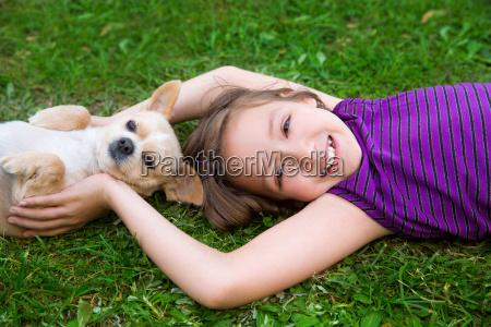 ninyos ninya jugando con perro chihuahua