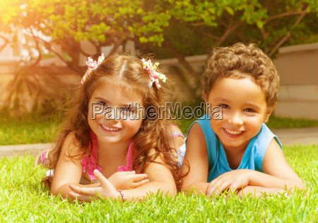 felices los ninyos en la hierba