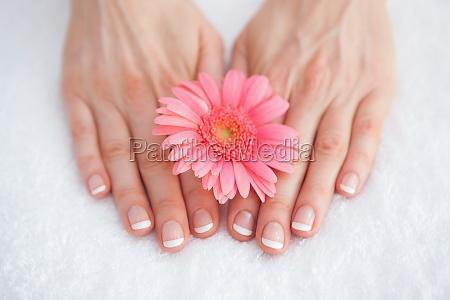 flor en los dedos de manicura