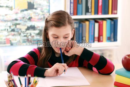 chica hacer la tarea en el