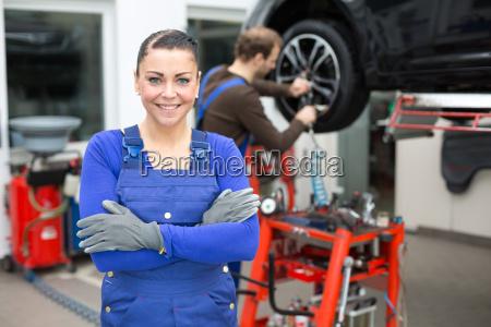 mecanico de coche en un garaje
