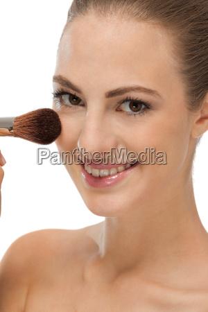mujer joven es maquillaje maquillaje en