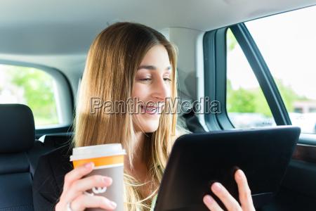 la mujer va en taxi con