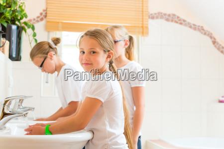 chicas lavandose las manos en el