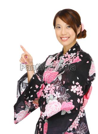 la mujer asiatica vistiendo kimono y