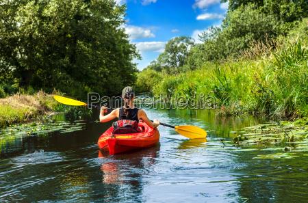 mujer con remo en canoa
