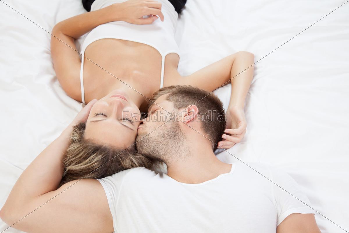 joven, pareja, romántica, en, la, cama - 10078306