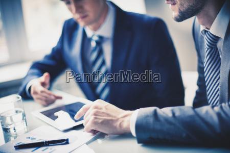 hombres, trabajando, en, la, oficina - 10081540