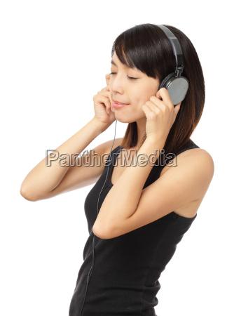 mujer asiatica disfrutar de la musica