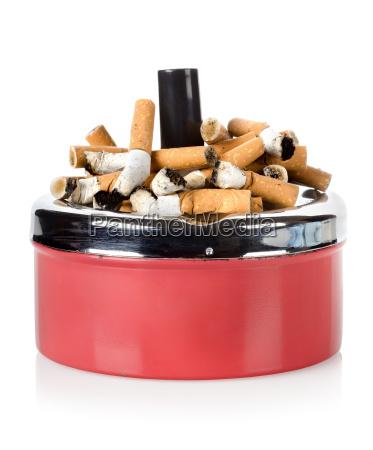 cigarrillos y cenicero viejo