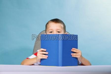 muchacho del cabrito ninyo que lee
