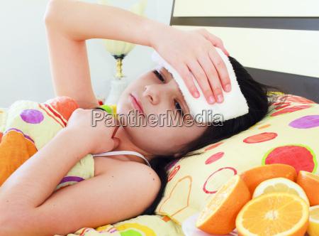 chica joven enferma en la cama