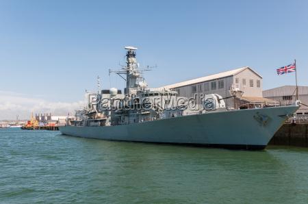 acorazado britanico en el puerto