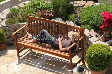relajacion en un banco de jardin