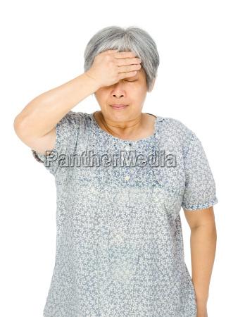 senior mujer asiatica se siente enfermo