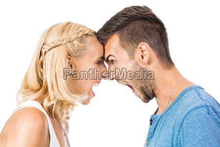 joven mujer grita a su novio