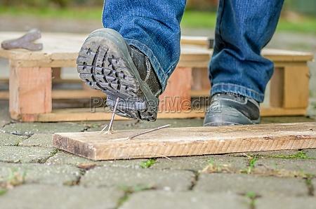 trabajador con zapatos de seguridad entra