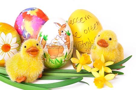 huevos de pascua pintados con polluelos
