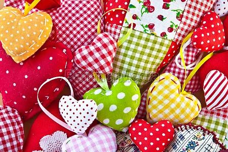 corazones coloridos hechos de telas coloridas