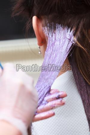 la aplicacion del color del peluquero