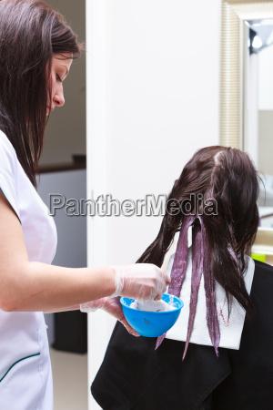 aplicar color peluqueria cliente femenino en