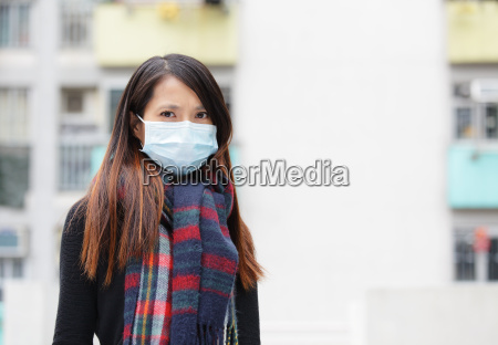 mujer con mascara facial