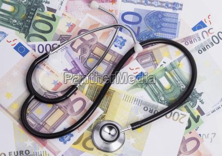 el dinero y el estetoscopio