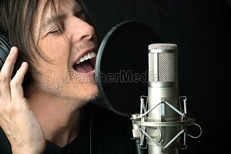 el hombre canta en el microfono
