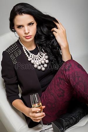 mujer moda marron piel cabello maquillaje