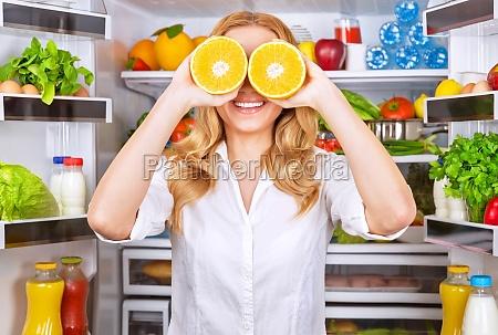 mujer alegre en la cocina